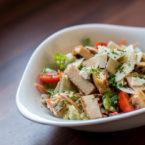 Ceasar-Style Salad ohne Sardellen auf Joghurtbasis